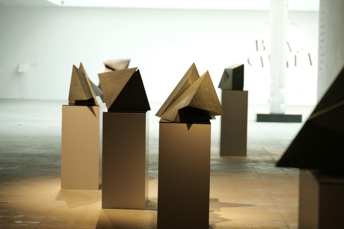 """Các tác phẩm điêu khắc đá đặc sắc tại triển lãm """"Biến chuyển   Transforming""""."""