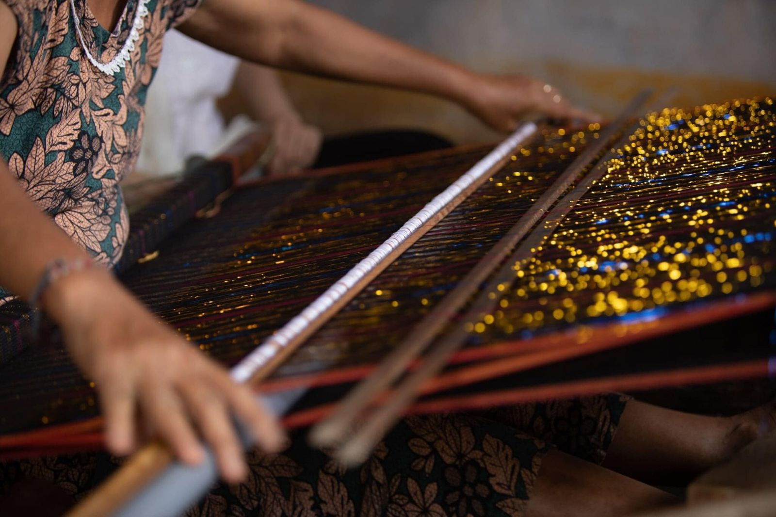 Một nghệ nhân làm nghề ở Mỹ Nghiệp - nơi dự án Champasix đang xây dựng đầu ra cho sản phẩm  JAYA