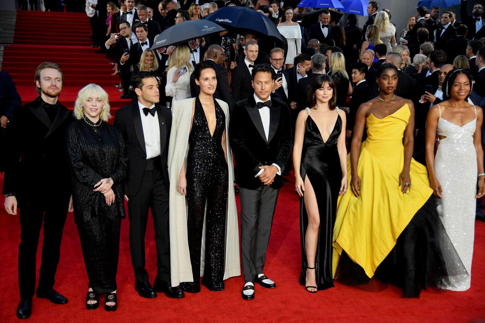 Đoàn phim No Time To Die trên thảm đỏ  ẢNH: REUTERS