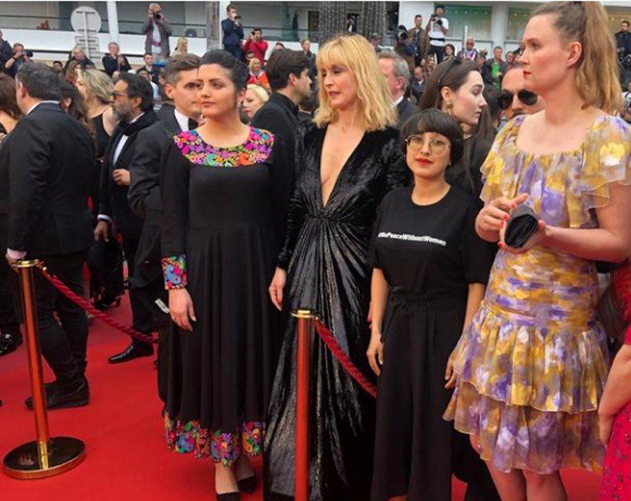 Nữ đạo diễn Afghanistan Shahrbanoo Sadat (thứ 2 từ phải sang) tại thảm đỏ LHP Cannes 2019  ẢNH: REUTERS
