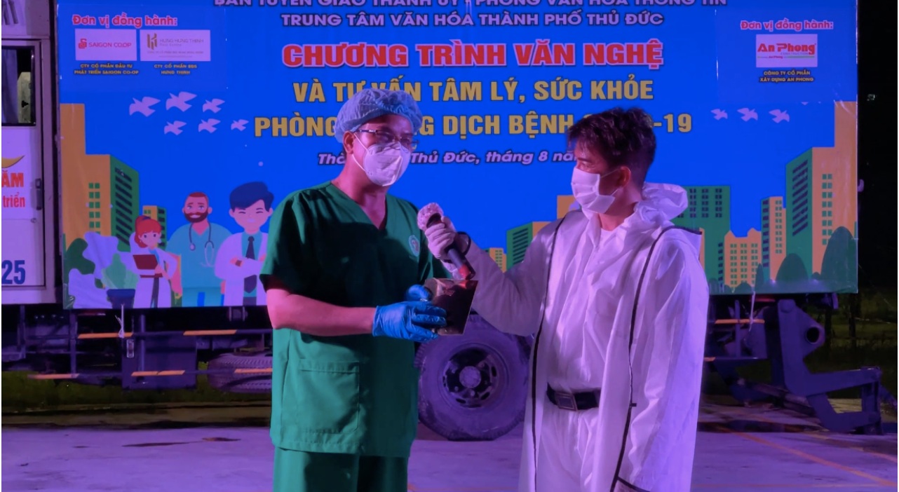 Đàm Vĩnh Hưng giao lưu với y bác sĩ tại bệnh viện dã chiến ở TP. Thủ Đức trong đêm diễn  ẢNH: NSCC