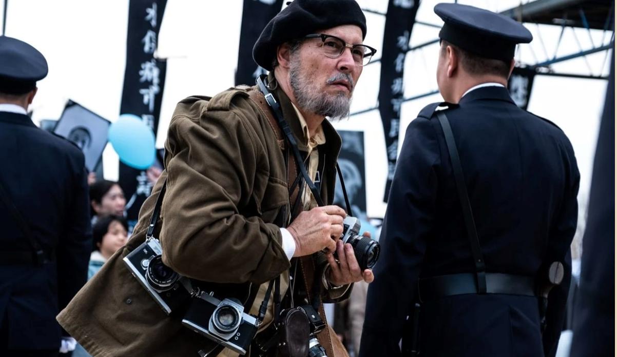 Johnny Depp đóng vai phóng viên Eugene Smith - Ảnh: SCMP