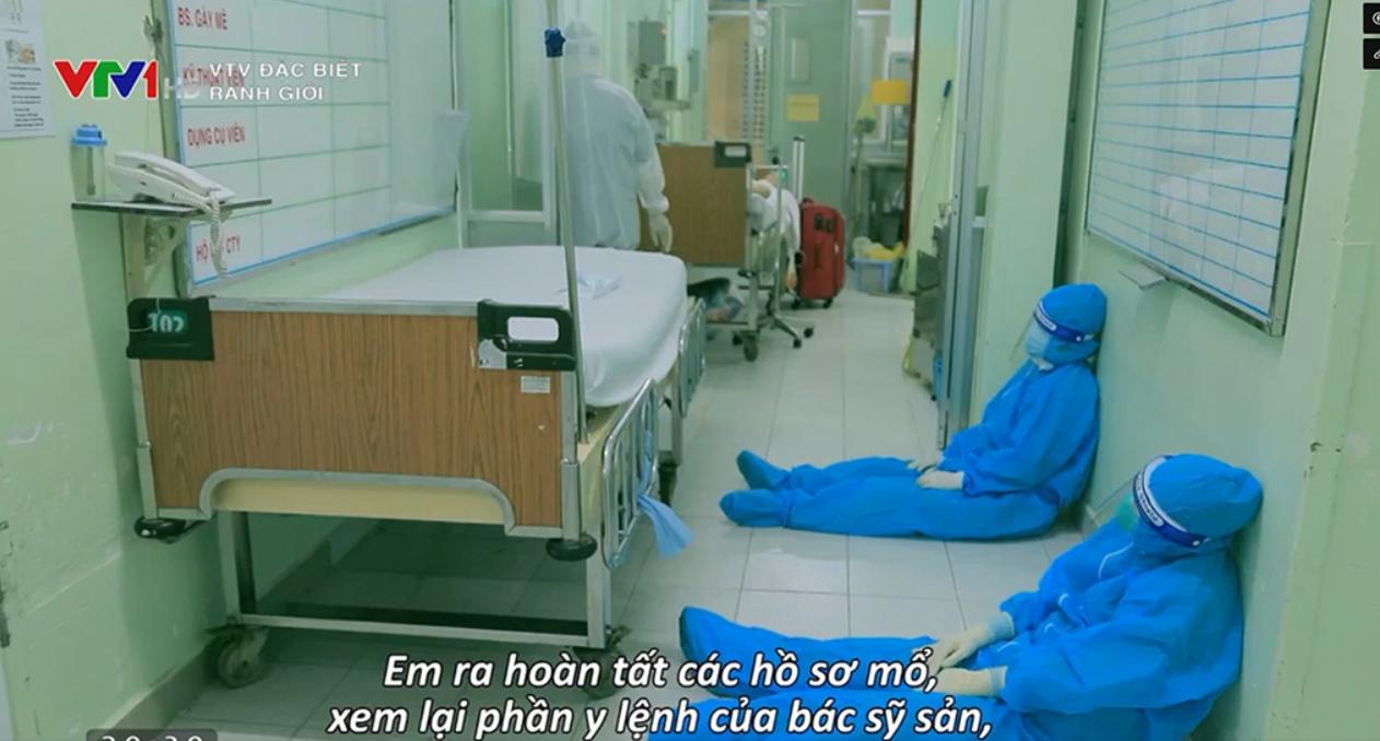 Đội ngũ y tế tranh thủ ngủ bất cứ khi nào có thể. Hình ảnh trong phim Ranh giới  ẢNH CHỤP MÀN HÌNH