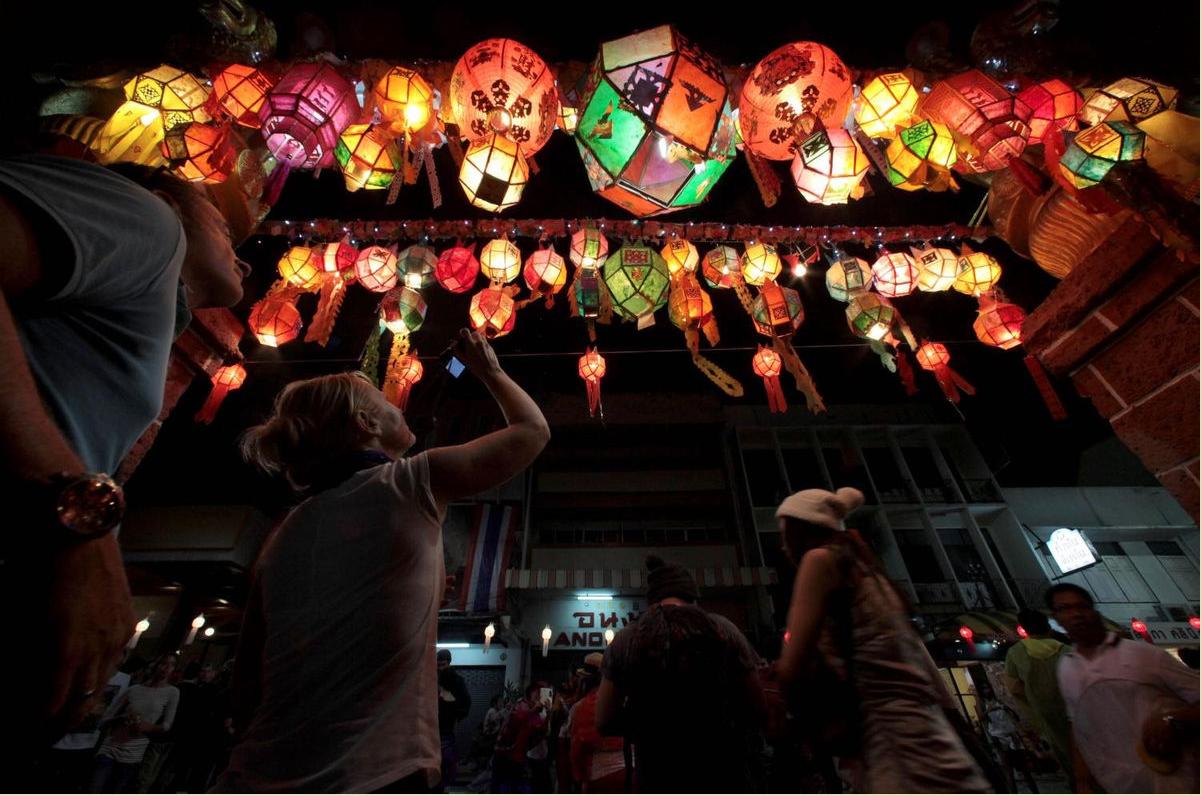 Những chiếc đèn lồng truyền thống trang trí trên đường Tha Pae trong lễ hội ở Chiang Mai - Ảnh: BangkokPost