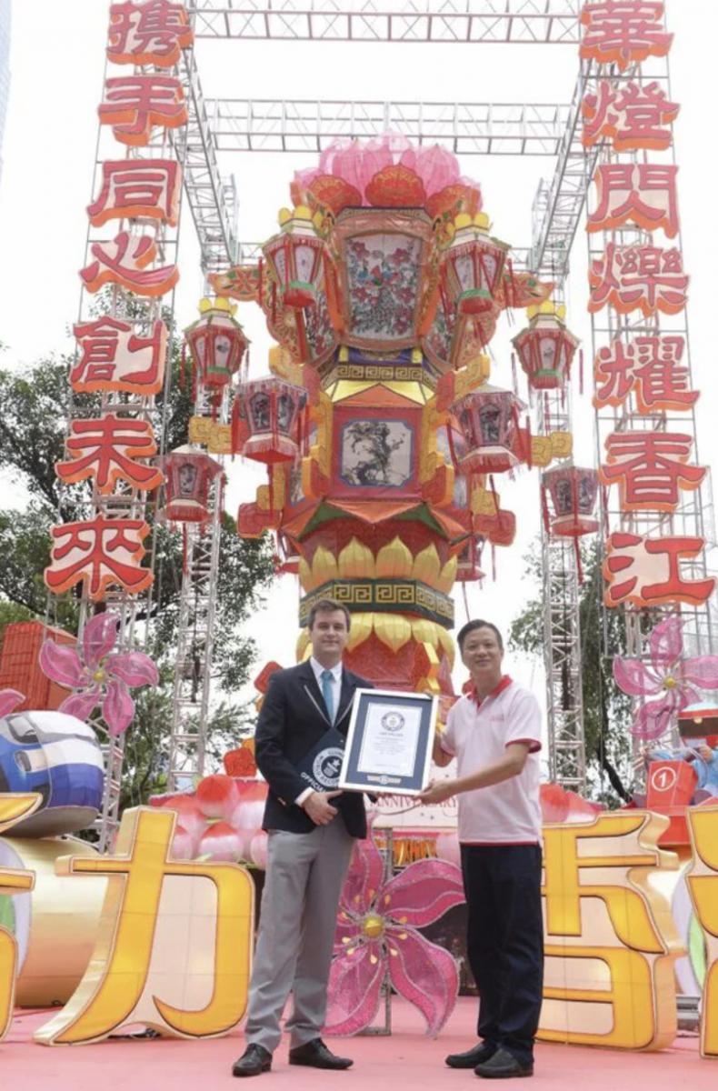 Ông Ha nhận được giải thưởng từ Kỷ lục Guiness Thế giới năm 2017 khi làm một chiếc đèn lồng to nhất thế giới - Ảnh: SCMP