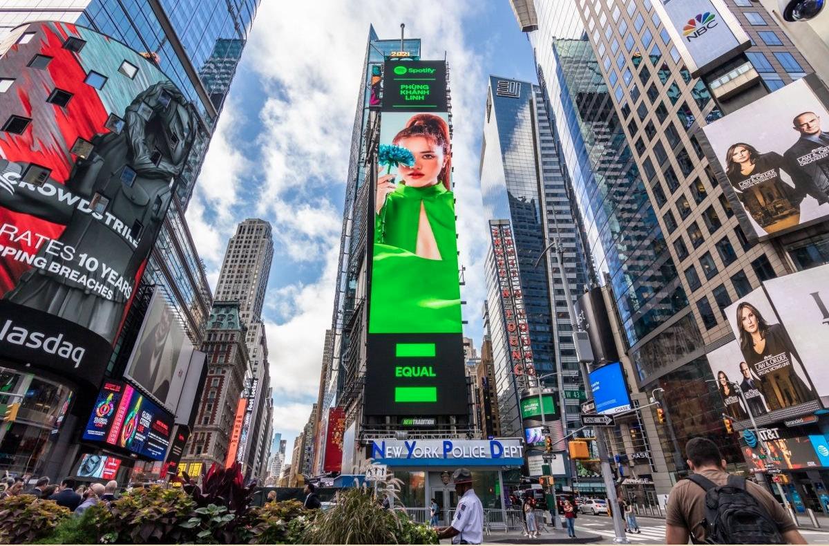 Hình ảnh Phùng Khánh Linh xuất hiện trên billboard ở Quảng trường Thời Đại, Mỹ