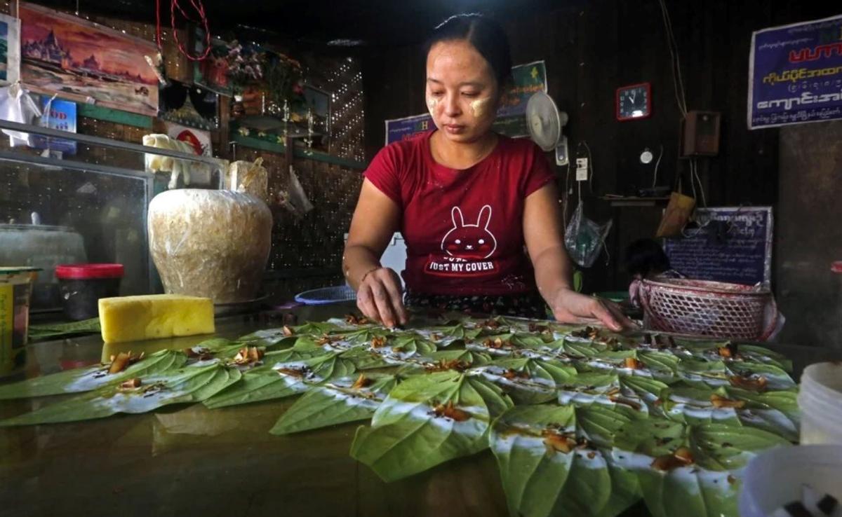 Một người bán hàng ở Myanmar đang sắp xếp những lá trầu không - Ảnh: SCMP