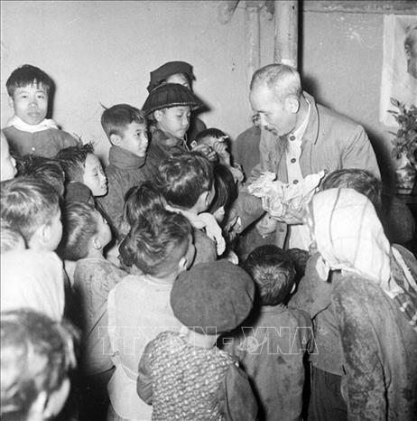 Nhân dịp Tết Nguyên đán Bính Thân 1956, Chủ tịch Hồ Chí Minh đến thăm, nói chuyện thân mật và chia quà cho thiếu nhi xã Tiền Phong, huyện Bình Xuyên, tỉnh Vĩnh Phúc. Ảnh: TTXVN