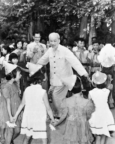 Bác Hồ vui múa hát với các cháu thiếu nhi tại vườn Phủ Chủ tịch nhân Ngày quốc tế Thiếu nhi 1/6/1960. Ảnh: TTXVN