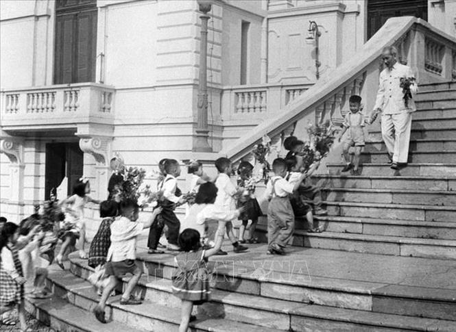 Chủ tịch Hồ Chí Minh đón các cháu thiếu nhi tại Phủ Chủ tịch trong ngày Tết Trung thu năm 1961. Ảnh: Tư liệu TTXVN