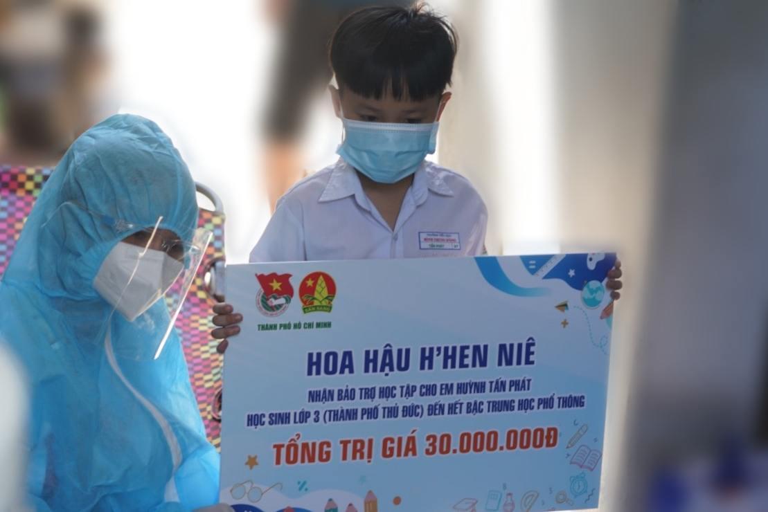 Hoa hậu H'Hen Niê trao tiền hỗ trợ cho cậu bé mất mẹ vì COVID-19
