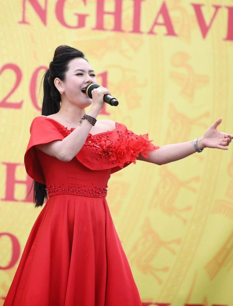 Nữ ca sĩ biểu diễn tiết mục Bài ca thống nhất mừng lễ Quốc khánh của Việt Nam trên đất nước Nga  ẢNH: NVCC