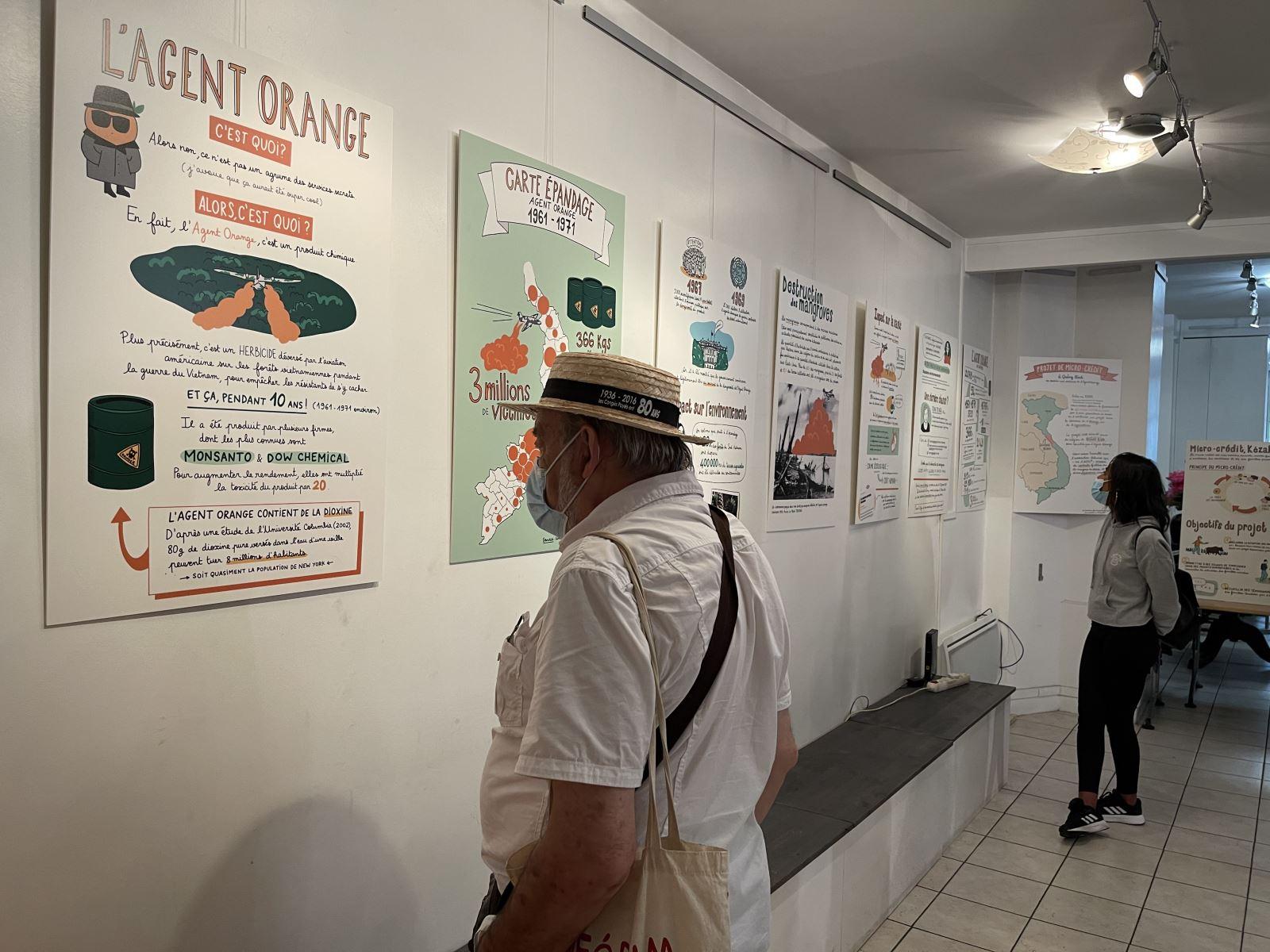 Khách xem tranh đồ họa về chất độc da cam Việt Nam của họa sĩ Trâm Anh.