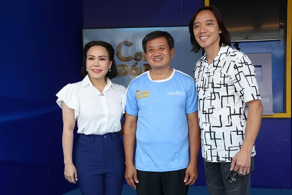 Nghệ sĩ Việt Hương trao tặng xe cứu thương cho ông Đoàn Ngọc Hải