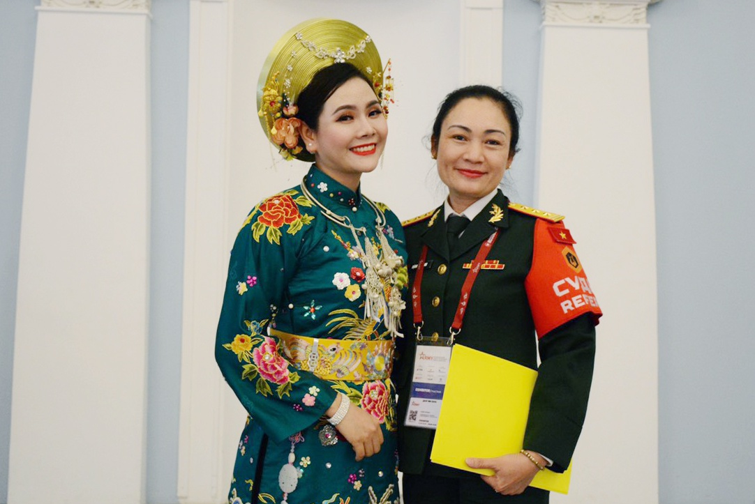 Lương Nguyệt Anh hạnh phúc khi giành giải thưởng cho đội tuyển Văn hóa nghệ thuật của Quân đội Nhân dân Việt Nam  ẢNH: NVCC