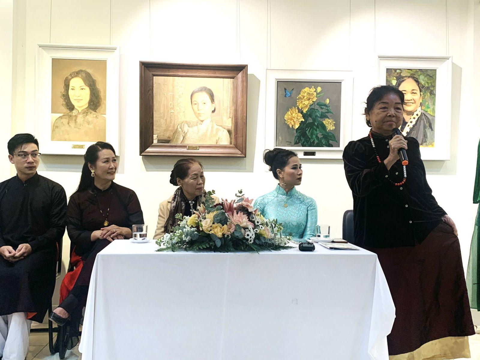 Nghệ nhân Thuận Thị Trụ trong một hội thảo giới thiệu về thổ cẩm  JAYA