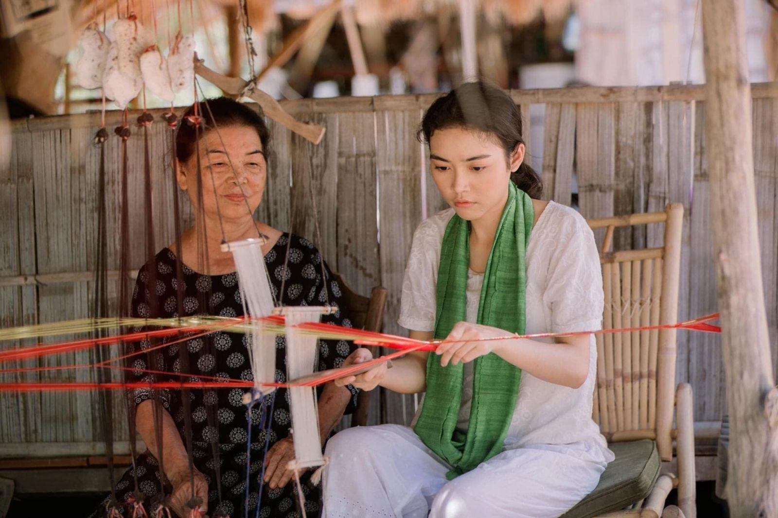 Nghệ nhân dệt thổ cẩm làng nghề Mỹ Nghiệp và nhân vật trải nghiệm của Champasix  JAYA