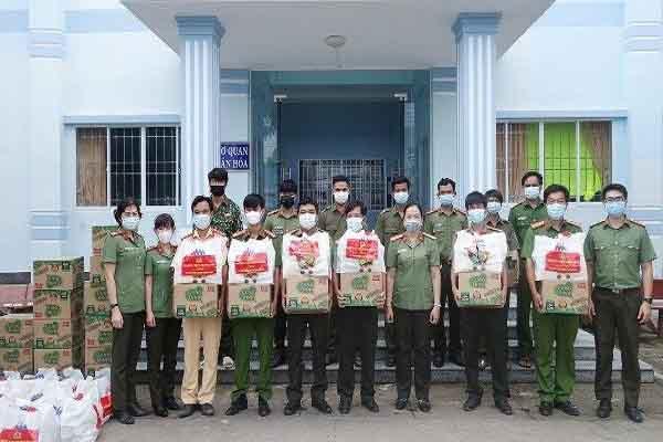 Công an An Giang tặng 30 phần quà cho 30 chốt phòng chống dịch trên tuyến biên giới