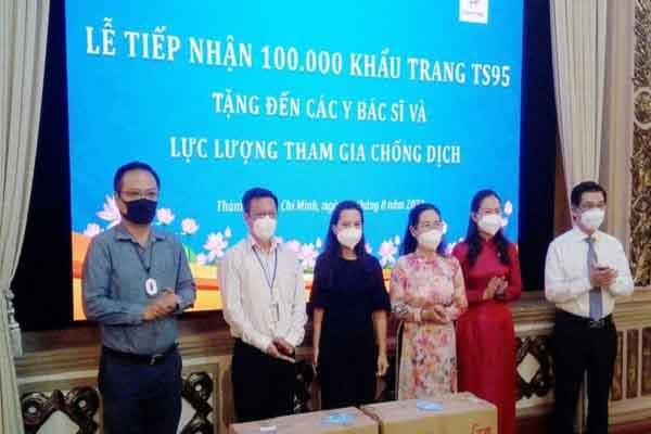 Pacific Foods và VinaFirst tặng 100.000 khẩu trang kháng khuẩn lực lượng tham gia chống dịch