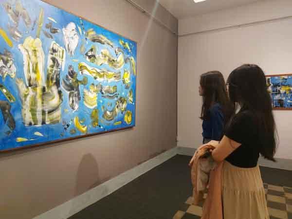 """Các bạn trẻ đến xem triển lãm """"Giấc mơ siêu thực"""" của họa sĩ Đinh Phongtại Bảo tàng Nghệ thuật TP.HCM."""