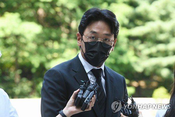 'Ông hoàng phòng vé' xứ Hàn bị phạt hơn nửa tỉ đồng vì dùng chất cấm