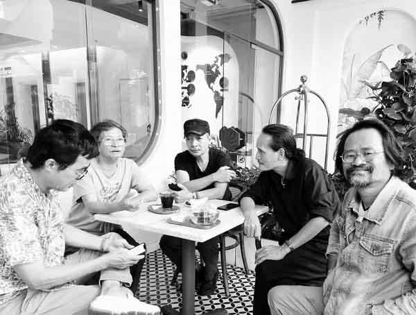 """Từ trái qua: Họa sĩ Đinh Phong, họa sĩ nhà phê bình Lý Trực Sơn, điêu khắc gia Đào Châu Hải, họa sĩ Trần Hải Minh và người thực hiện bài viết. Cà phê triển lãm """"Giấcmơ siêu thực"""" tại bảo tàng Mỹ thuật TP.HCM."""