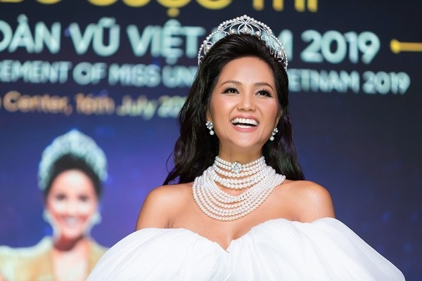 H'Hen Niê làm Đại sứ chương trình 'Triệu túi an sinh' hỗ trợ người dân VN