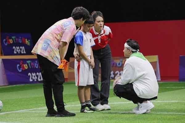 Sam và S.T Sơn Thạch tặng 20 triệu đồng cho cầu thủ nhí có hoàn cảnh khó khăn