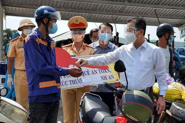 Hồi hương trên đường thiên lý, vợ chồng người H'Mông bất ngờ được tặng xe máy