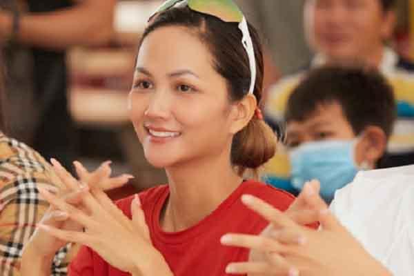 Hoa hậu H'Hen Niê ủng hộ 5 tấn gạo cho Hội phòng chống HIV/AIDS