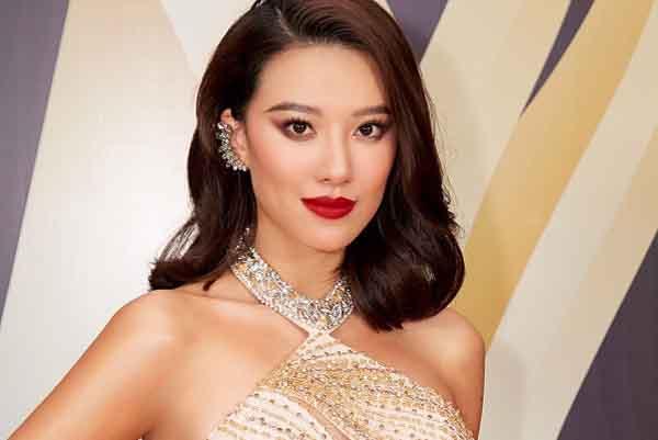 Á hậu Kim Duyên quyến rũ với váy cắt xẻ táo bạo