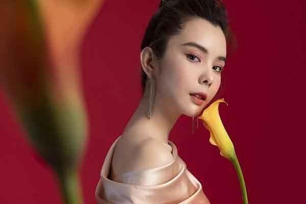 Hoa hậu Huỳnh Vy diện váy sắc màu rực rỡ cho ngày Tết