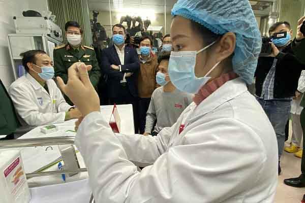 Lô vắc xin ngừa COVID-19 về tới TP.HCM, vắc xin Việt Nam chuẩn bị thử nghiệm giai đoạn 2