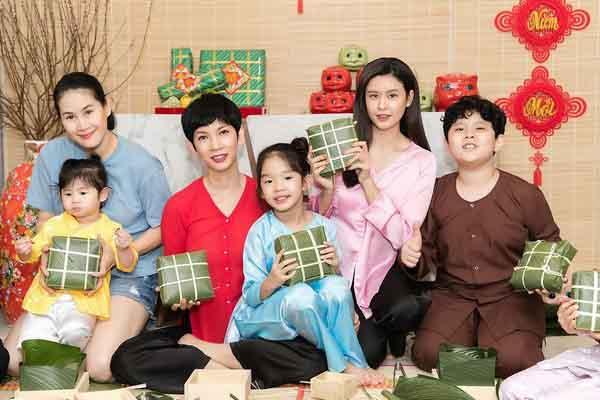 Trương Quỳnh Anh, Xuân Lan và Thân Thúy Hà cùng các con gói bánh chưng