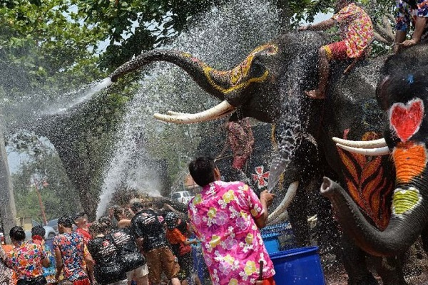 Thái Lan vẫn tổ chức lễ hội té nước Songkran giữa dịch COVID-19