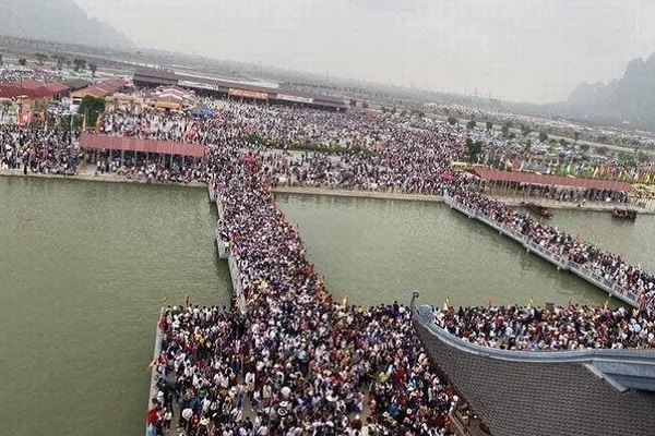 Hàng chục ngàn người chen chúc ở chùa Tam Chúc gây hoang mang