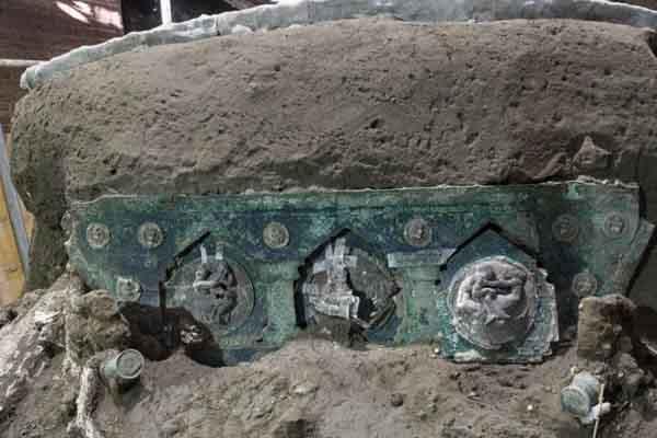 Cỗ xe nghi lễ cổ đại vừa được khai quật ở Pompeii, Ý