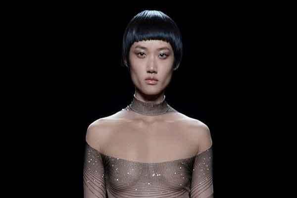 Vì sao người mẫu biểu diễn thời trang thường không mặc đồ lót?