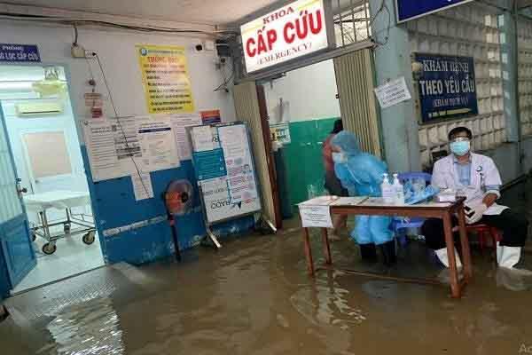 TP.HCM: Mưa lớn nhấn chìm Bệnh viện Đa khoa Khu vực Hóc Môn