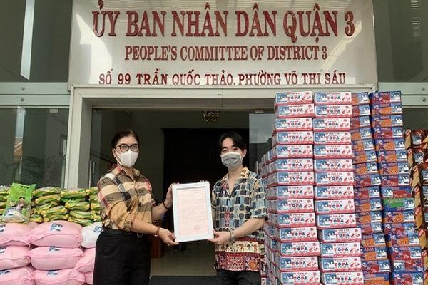 Đan Trường - Trung Quang nỗ lực trao 800 phần quà cho người dân trong mùa dịch