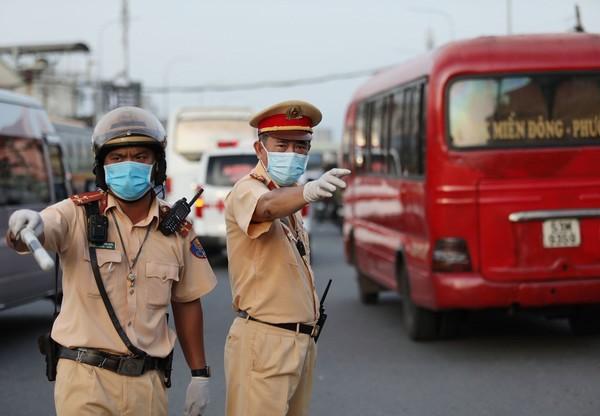 TP.HCM tạm dừng 69 trạm, chốt kiểm dịch ở cửa ngõ, CSGT phạt người không đeo khẩu trang