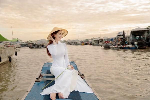 Hoa hậu Phan Thị Mơ nền nã với tà áo dài Việt Nam