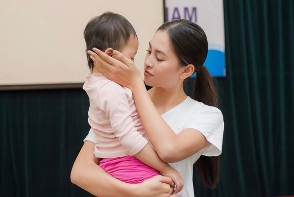 Hoa hậu Việt Nam quyên góp 8,7 tỉ đồng đi cứu trợ miền Trung