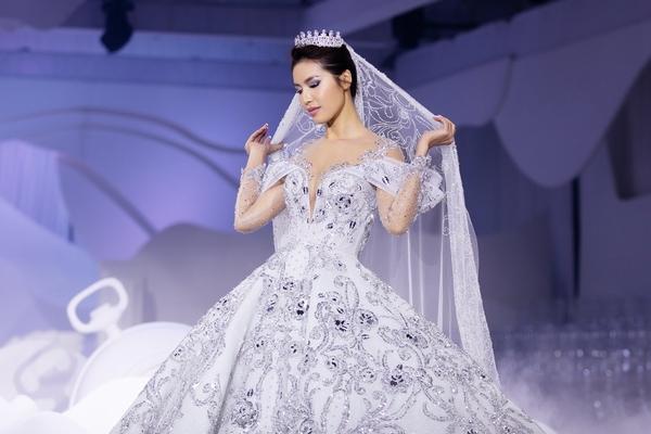 Diện váy đính 50.000 đá và nặng 25kg, Minh Tú tự tin catwalk