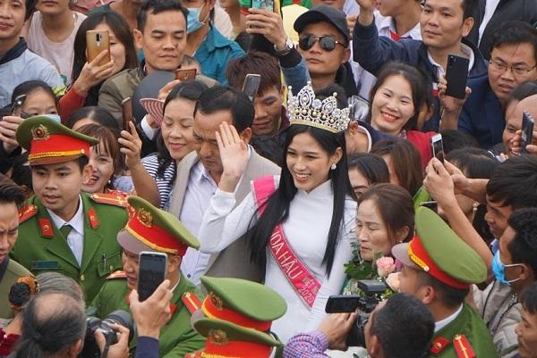 Người dân Thanh Hóa giăng băng rôn ở sân bay, chào đón Hoa hậu Việt Nam 2020 trở về