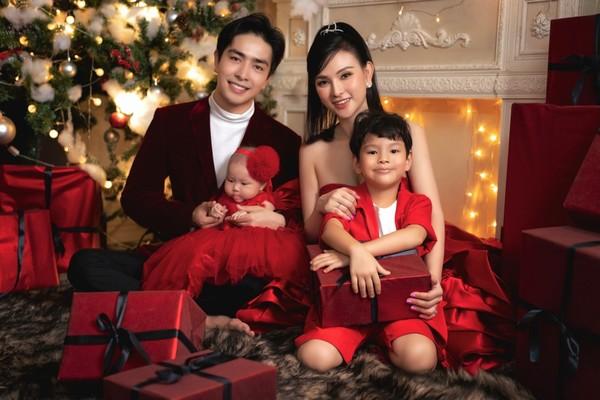 Ảnh gia đình hạnh phúc của ca sĩ Thu Thủy ấm áp mùa Giáng sinh
