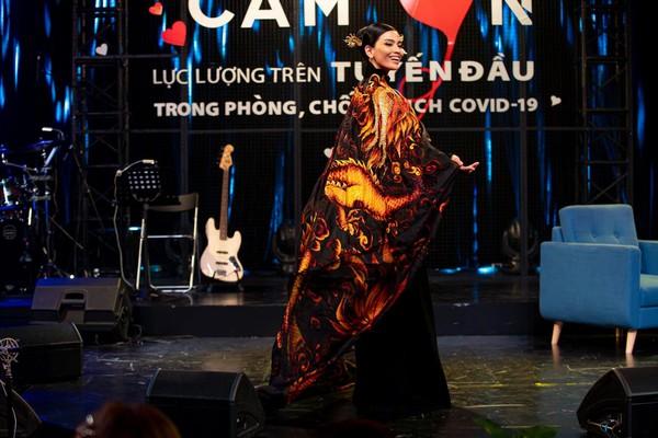 Trương Thị May đấu giá áo dài làm từ thiện mùa Covid-19