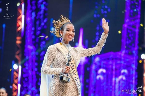 Cô gái da nâu, tóc tém đăng quang Hoa hậu Hòa bình Thái Lan 2020