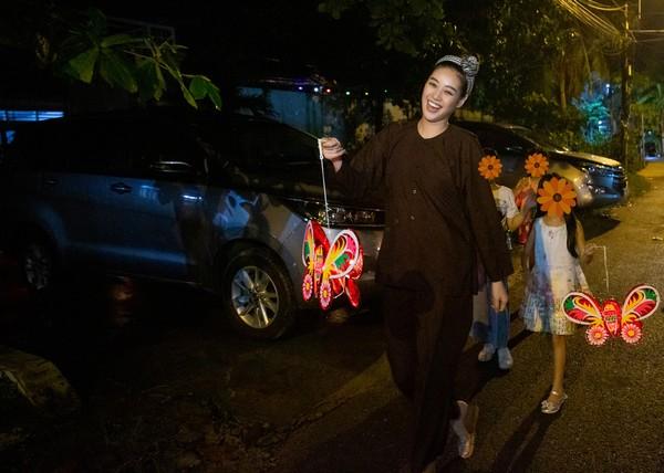 Hoa hậu Khánh Vân vui Trung thu cùng trẻ em gái từng bị xâm hại tình dục