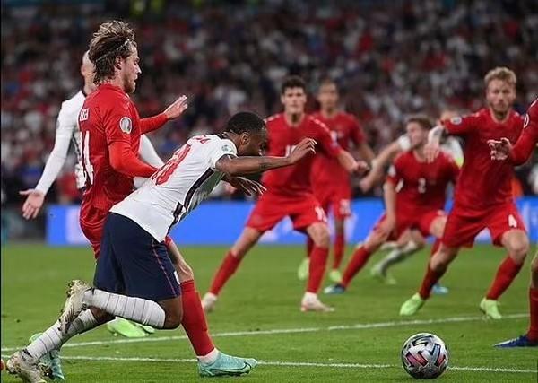 CĐV Anh dùng tiểu xảo trong tình huống Kane ghi bàn giúp đội nhà vào chung kết EURO